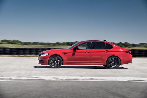 En equipos de seguridad estándar el M5 incluye ABS en las 4 ruedas, frenos antibloqueo con características avanzadas, control de tracción y estabilidad, airbags laterales, airbags delanteros de rodilla, apoyacabezas activos y BMW Assist.  El control de crucero adaptado pasa de frenar a acelerar suavemente y mantiene su velocidad establecida en pendientes empinadas.   La asistencia para mantenerse en el carril, ayuda a que el automóvil se mantenga centrado sin forzar el control del volante.  Los frenos son suaves y la dirección es precisa y sensible. La transmisión proporciona cambios rápidos, lo que hace que el poderoso motor sea fácil de dominar.